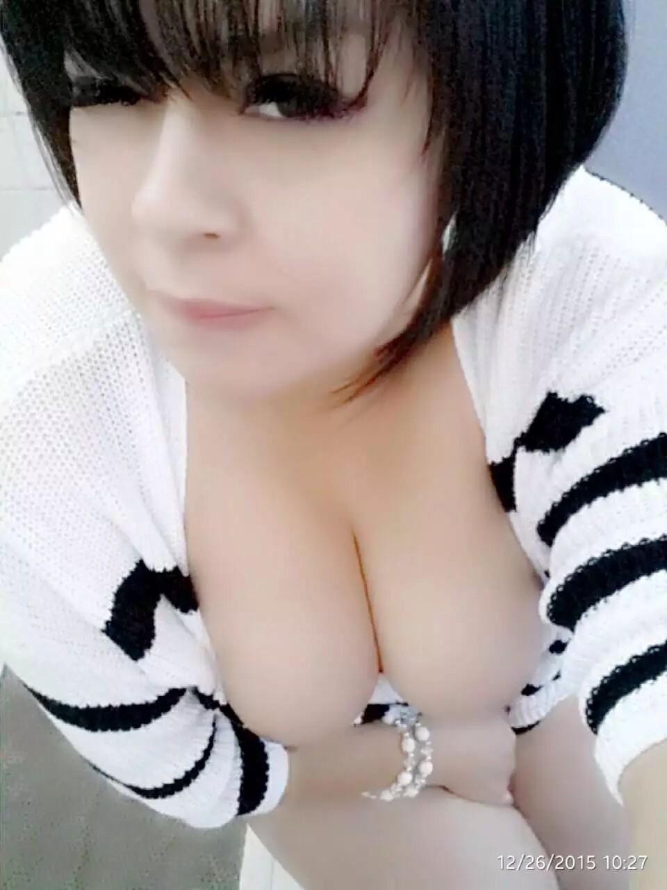 Девушка с эффектным бюстом поражает всех и против ее бурного темперамента невозможно устоять