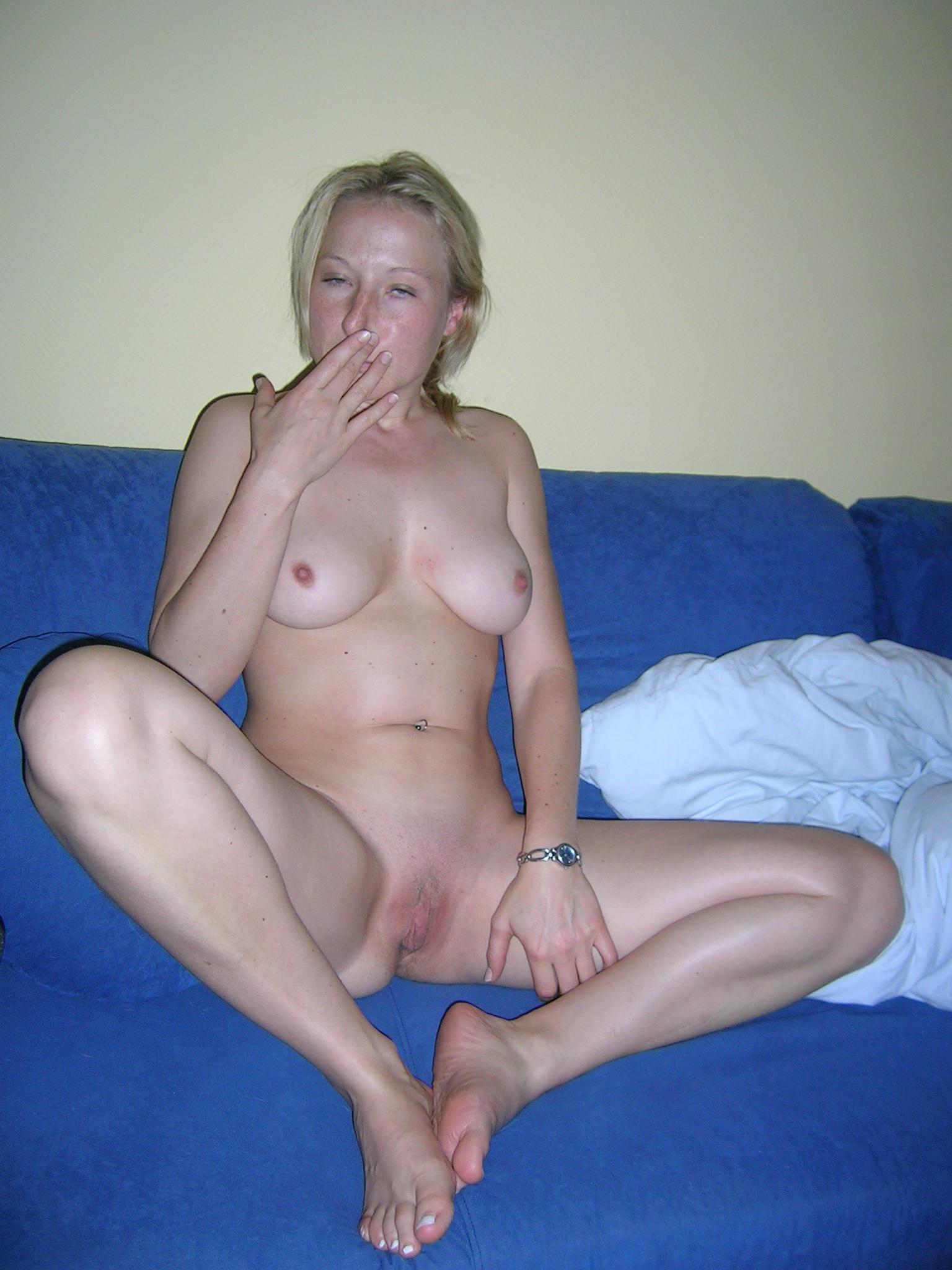 Смелая блондинка позирует в разных ракурсах и даже разрешает снимать себя во время секса