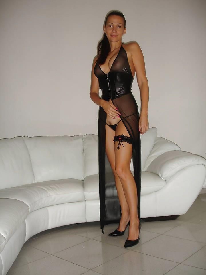 Лаура позирует в красивом костюмчике – ее фигурка вызовет у многих мужчин возбуждение