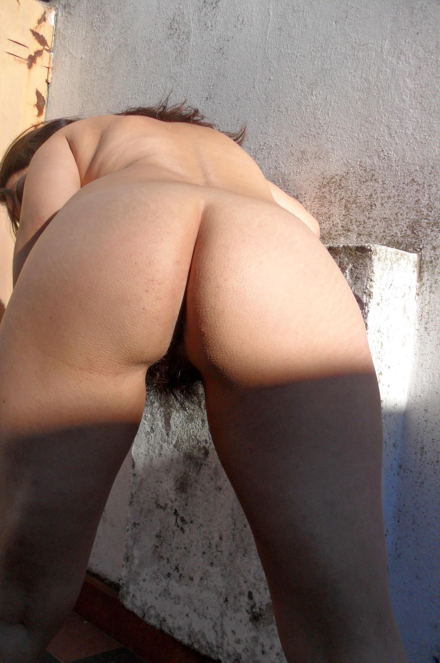 Меона показывает свою мохнатую пизденку – она принципиально не бреется, придерживаясь естественности
