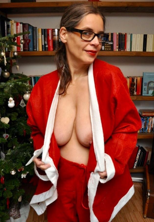 Раскованные женщины примеряют новогодние наряды и показывают себя в них, постепенно обнажаясь