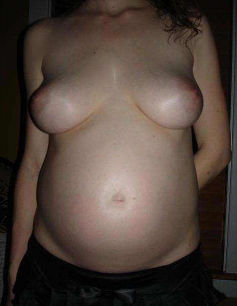 Беременные девушки тоже не прочь обнажиться перед камерой, ведь для них это особенное состояние
