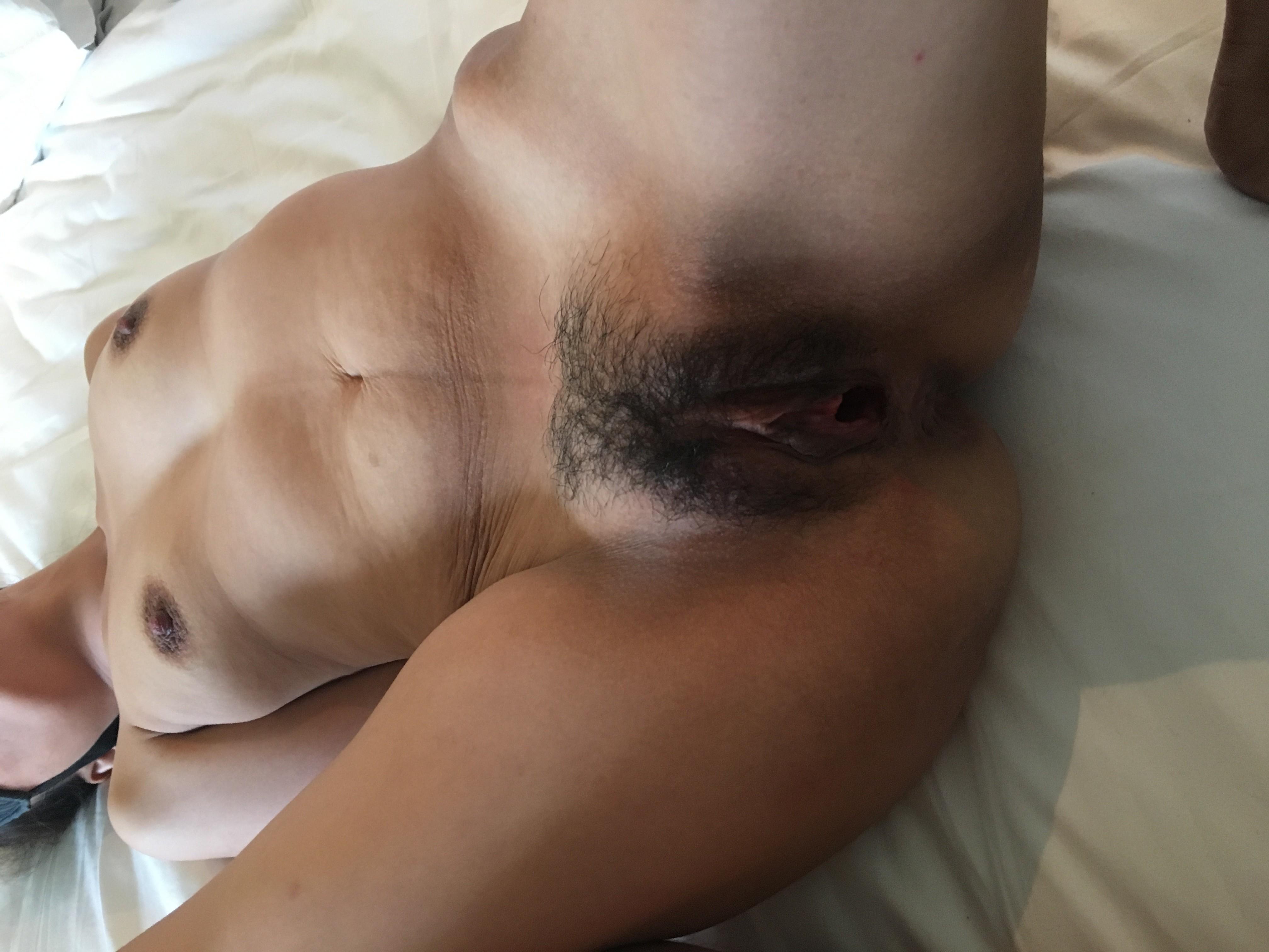 Женщине с волосатой пиздой надевают на глаза маску, а в это время снимают крупным планом ее щель