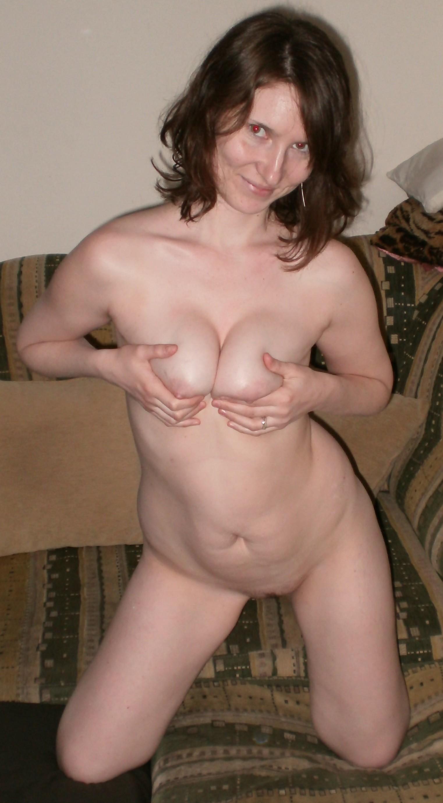 Женщина соглашается на домашнюю фотосессию, в которой она смело остаётся без одежды