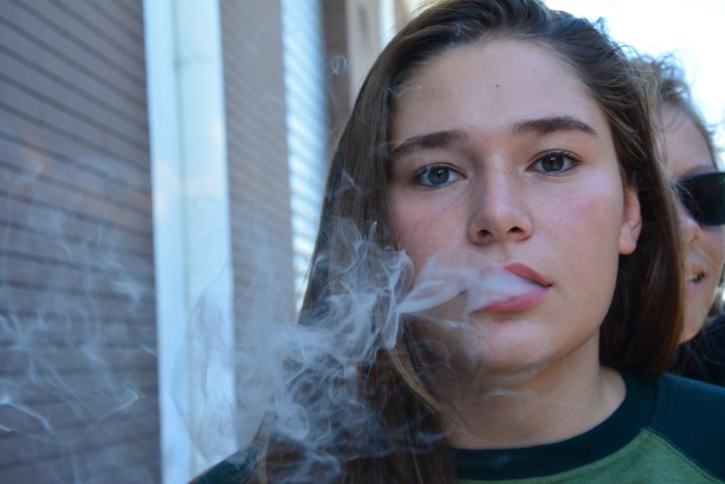 Жасмин – молодая девушка, которая не показывает ничего кроме того, как она мечтательно курит
