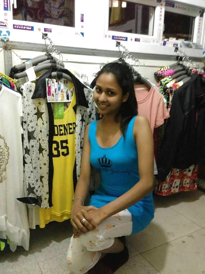 Экзотическая девушка из Шри-Ланки очень мила и соглашается на просьбы раздеться перед камерой