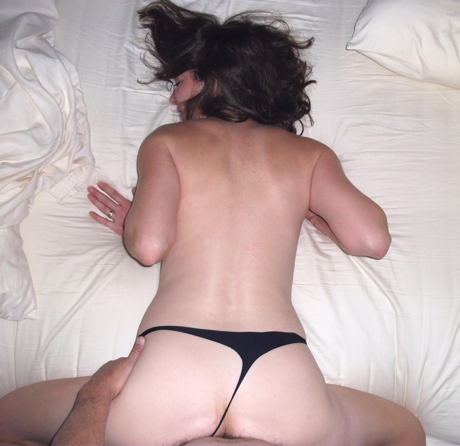 Женщину снимают во время занятия секса, но она старается не показывает свое лицо при этом