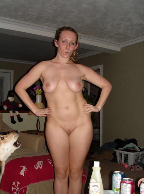 В преддверии Нового года девушки раздеваются и показываются свои тела без одежды или в эротическом костюме