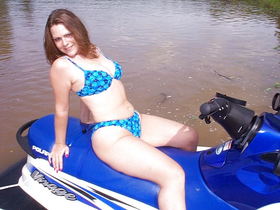 В процессе активного отдыха девушка успевает засветить своим телом в обнаженном виде перед камерой