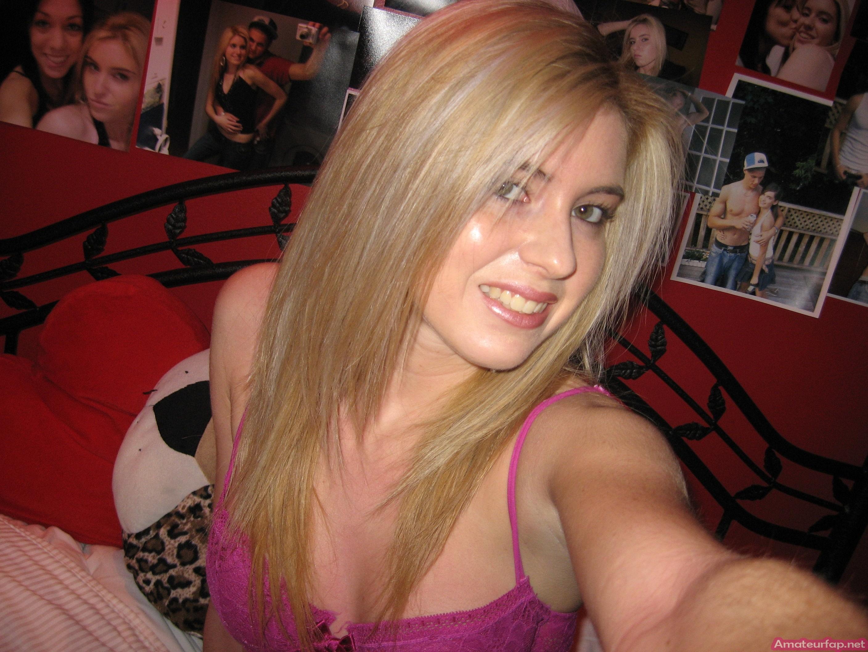 Сладкая блондинка любит делать селфи и всегда выглядит очень сексуально – ее стройное тело достойно восхищения