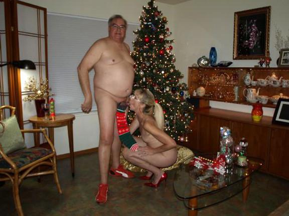 Зрелые парочки встречают Рождество и при этом не стесняются раздеваться перед камерами около елки