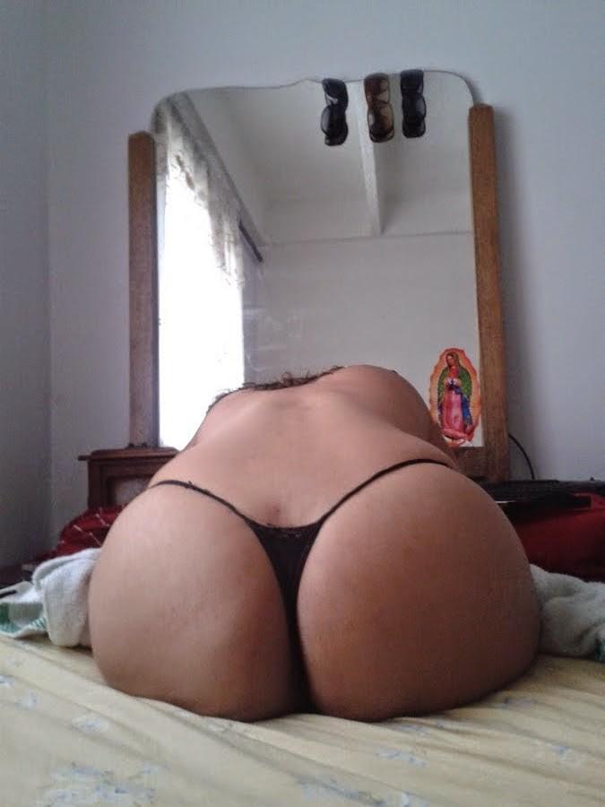 Лицо модели, которая позирует, разглядеть невозможно, зато видна ее большая задница и щелка