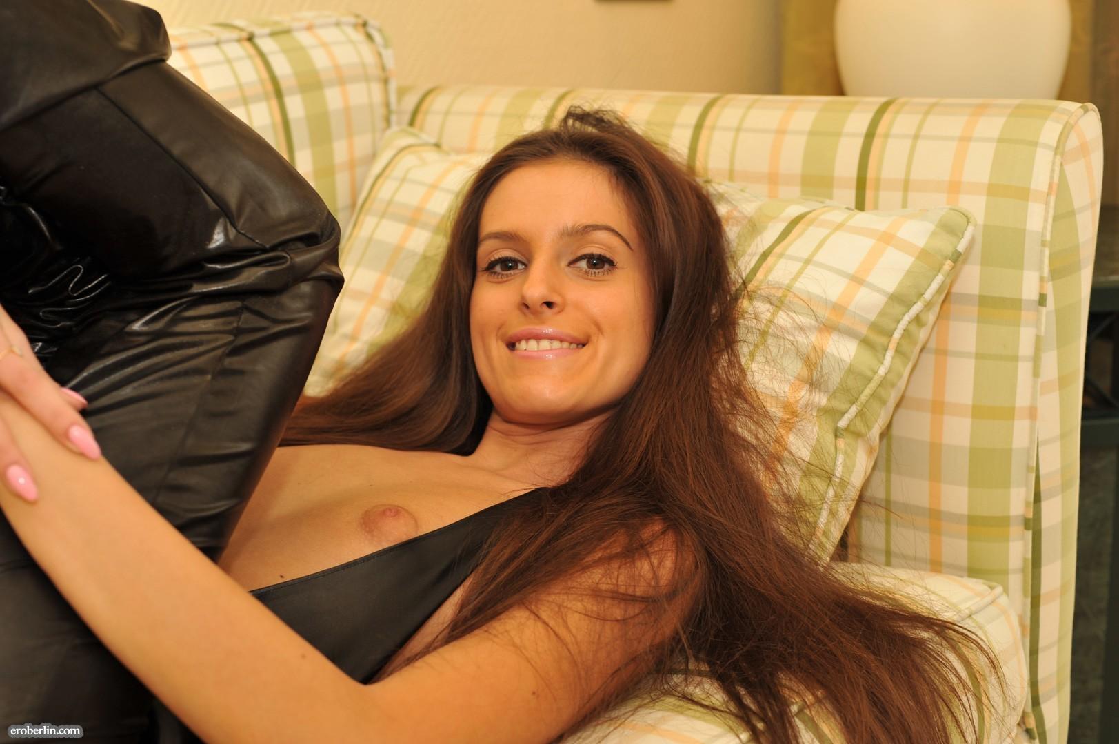 Сексуальная русская кошечка хоть и не обладает грудью, но всё же очень привлекательно выглядит