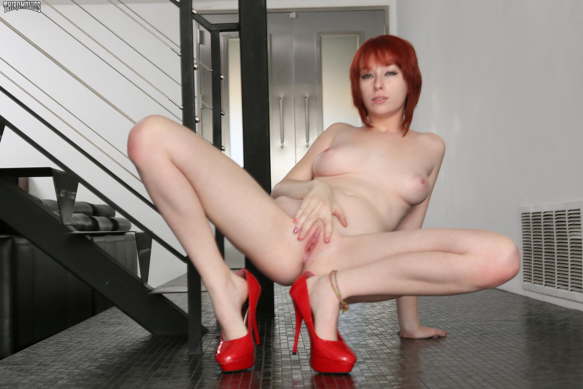 Голая пизда рыжей девушки на каблуках