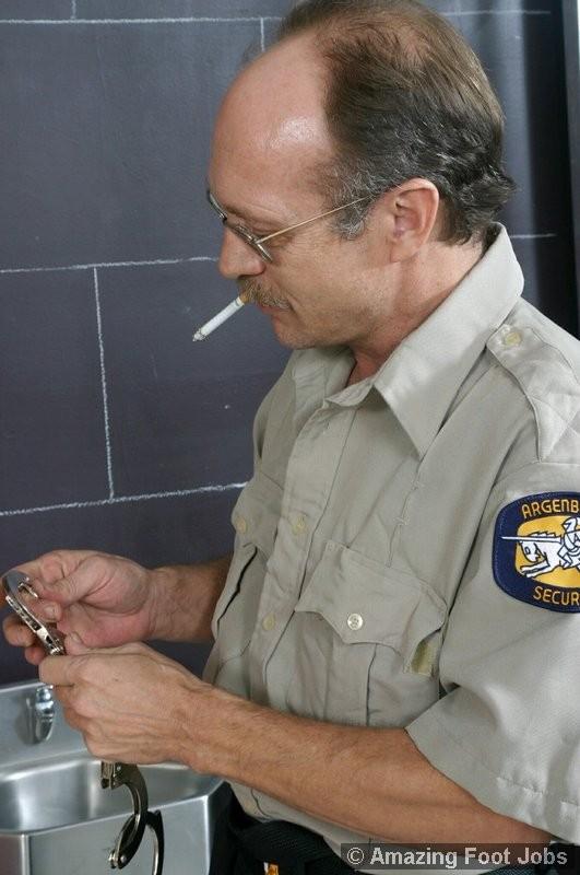 Дала полизать ноги надзирателю за сигарету