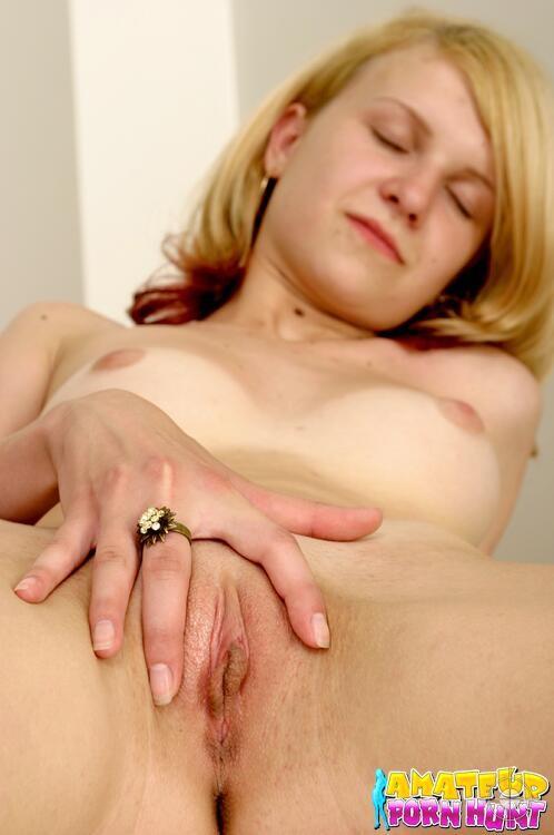 Молодая девушка остается без одежды специально для того, чтобы показать аккуратные дырочки