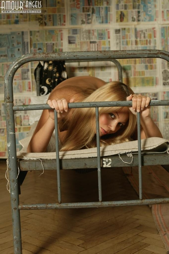 Стройная блондинка показывает маленькие сиськи и ухоженный лобок