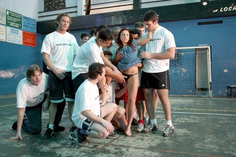 Волейбольная команда парней трахнули красивую телочку в спортзале