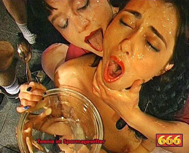 Две шалавы обмениваются спермой и мочой изо рта в рот