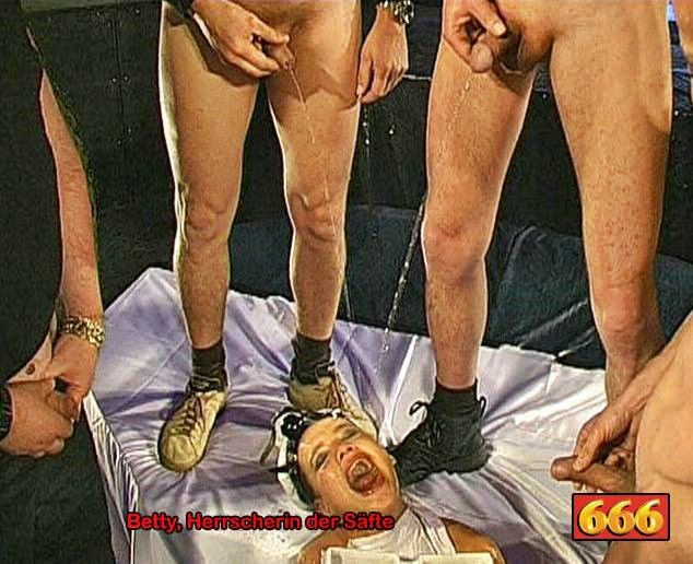 Двум шлюхам напихали в рот хуев и накормили спермой