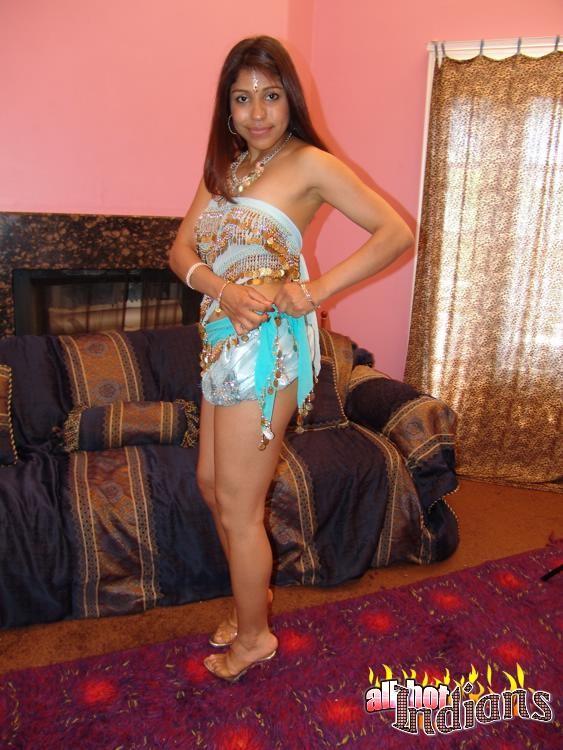 Привлекательная индианка раздевается, показывая голые сиськи