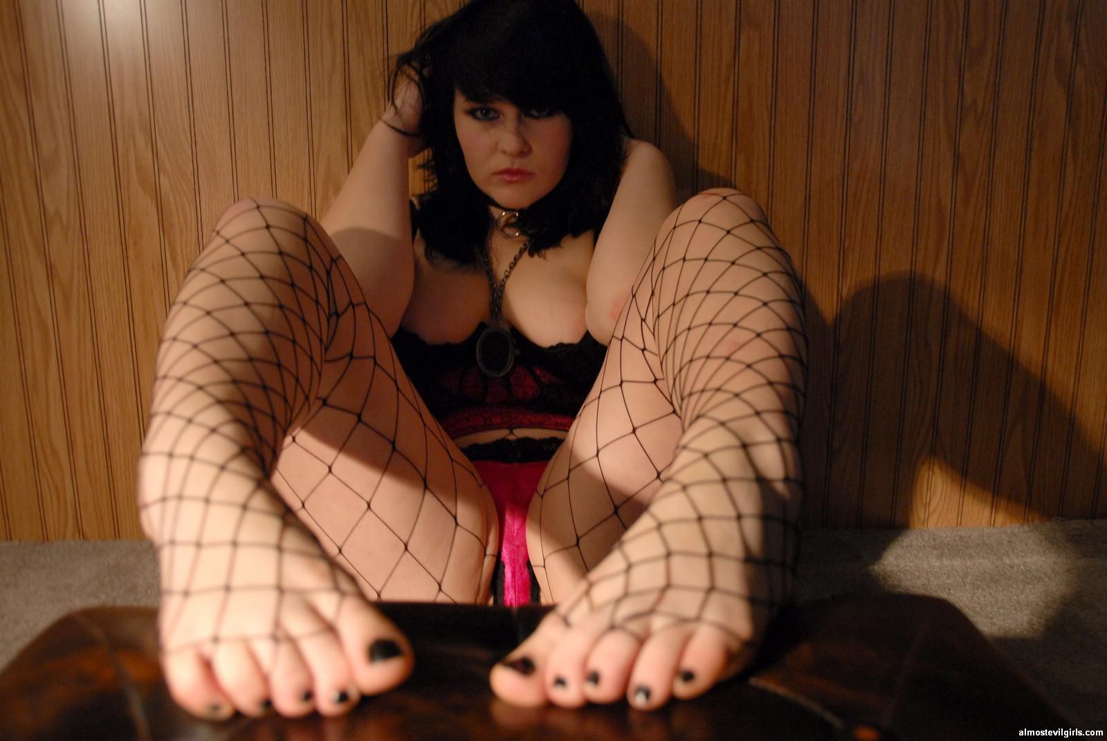 Толстушка Сэди имеет страсть к футфетишу, ее полные пальцы на ногах жаждут ласки мужского языка