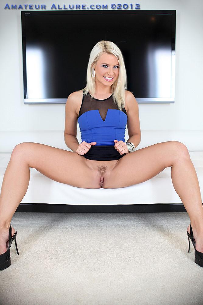 Смазливая блондинка запачкала лицо спермой и этому очень рада