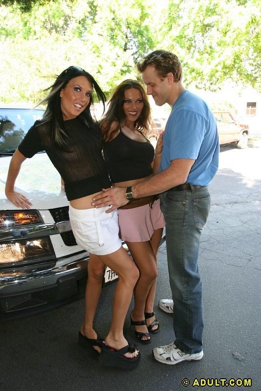 Две знойные брюнетки лесбиянки трахаются с парнем, принимают сперму на лицо и дают в пизду и анал, групповуха ЖМЖ была интересной