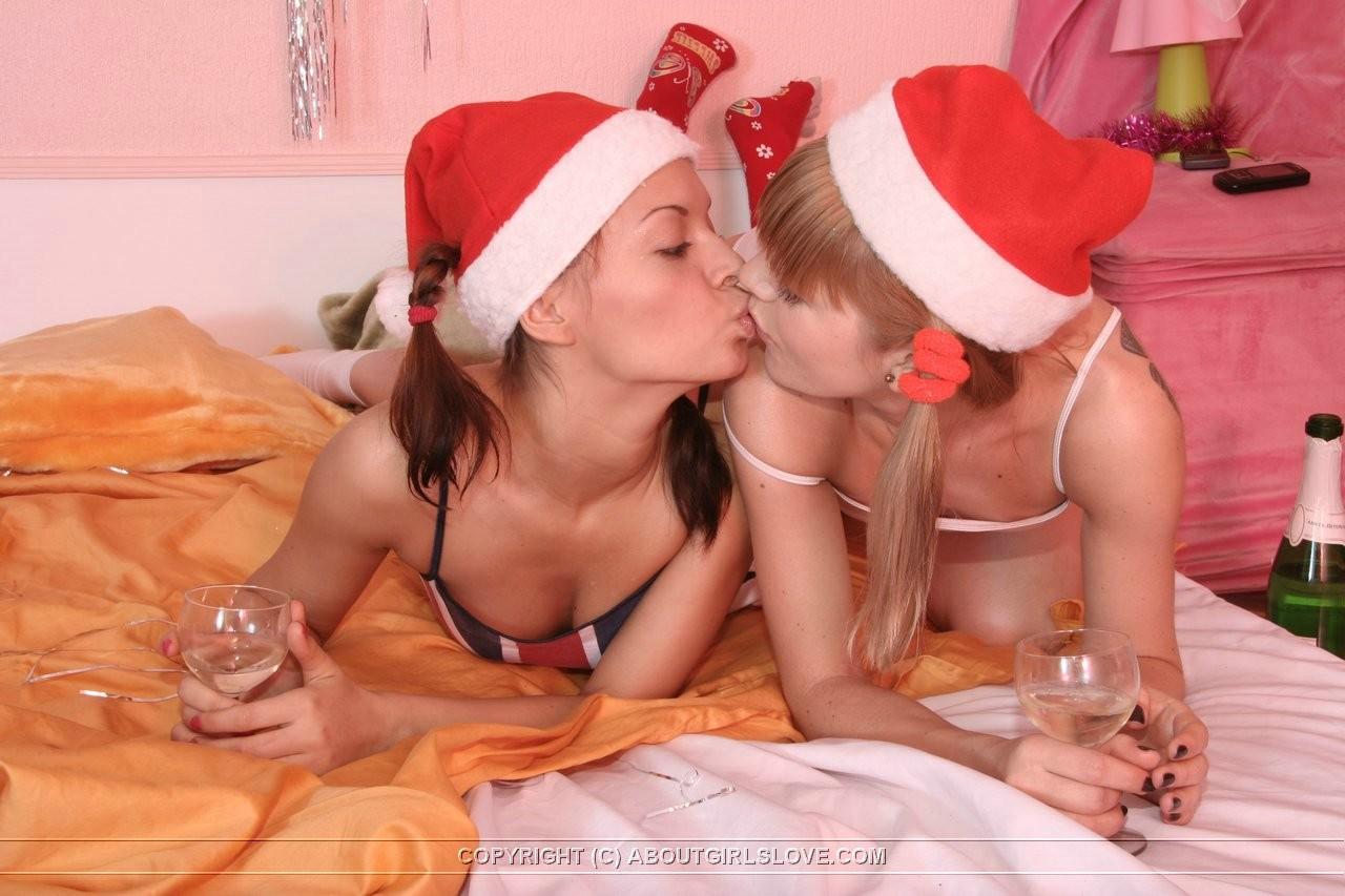 Красивые лесбиянки лижут мокрые вагины друг другу после выпитого шампанского в праздничную ночь