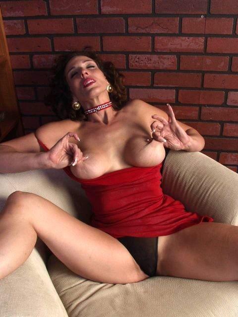 Горячая матюрка покусывает свою грудь