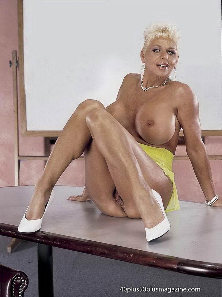 Сисястая матюрка сексуально показывает свое знойное тело