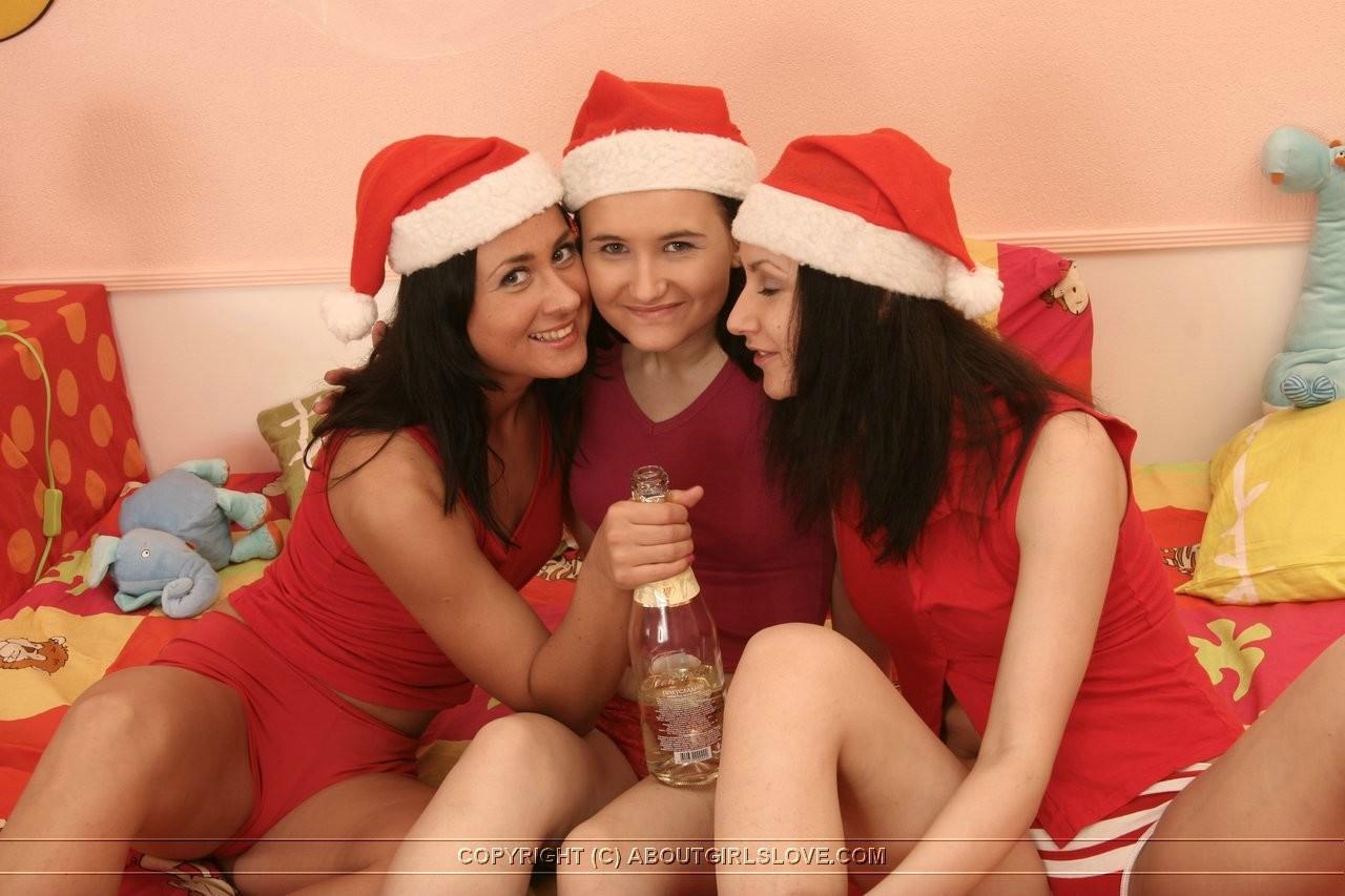 Три девушки в рождественских нарядах развлекаются друг с другом, используя страпоны и свои язычки