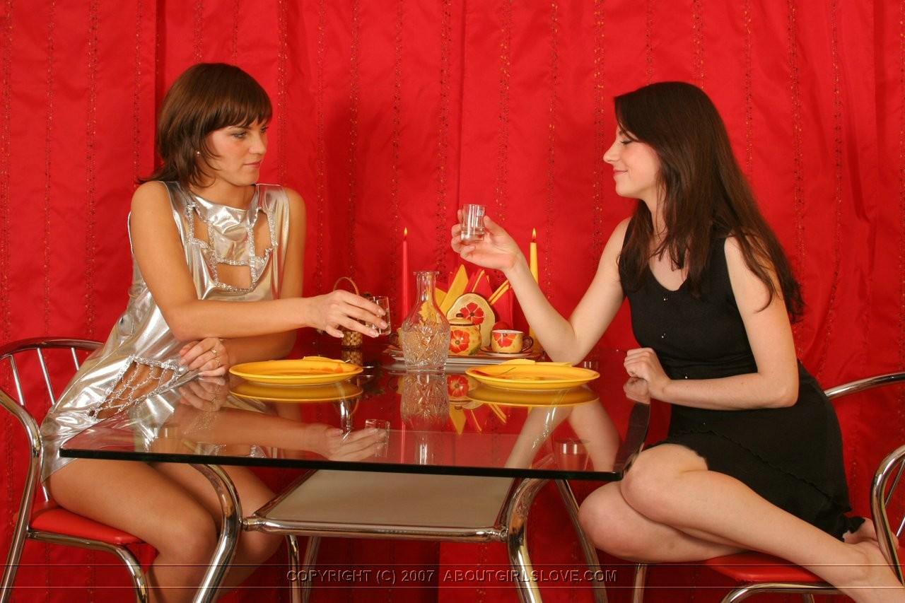 Поужинав, подруги лесбиянки принялись расслабляться