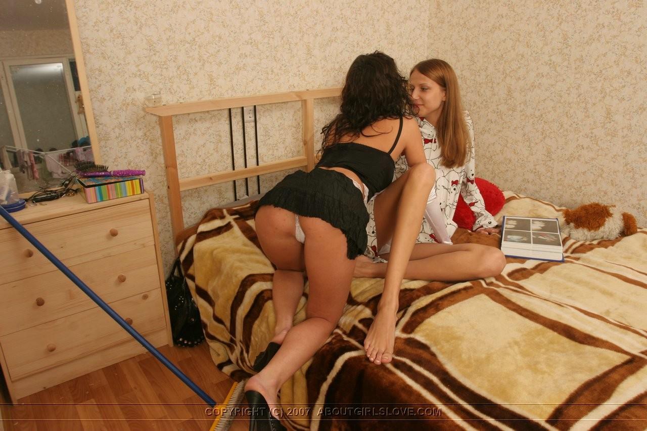 Две молодые девушки ублажают друг друга, рассматривают тела и получают удовольствие от ласк