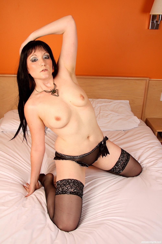 Никки – темпераментная брюнетка, которая с удовольствием показывает свое тело в сексуальном белье