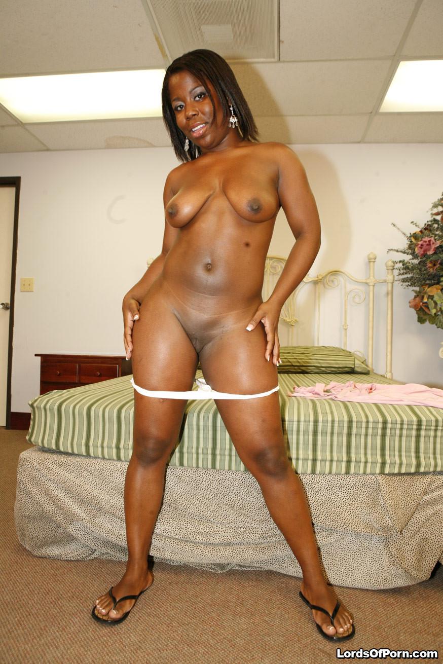 Пара темнокожих увлеченно трахается в гостинице, жопастая негритянка хочет быть сверху