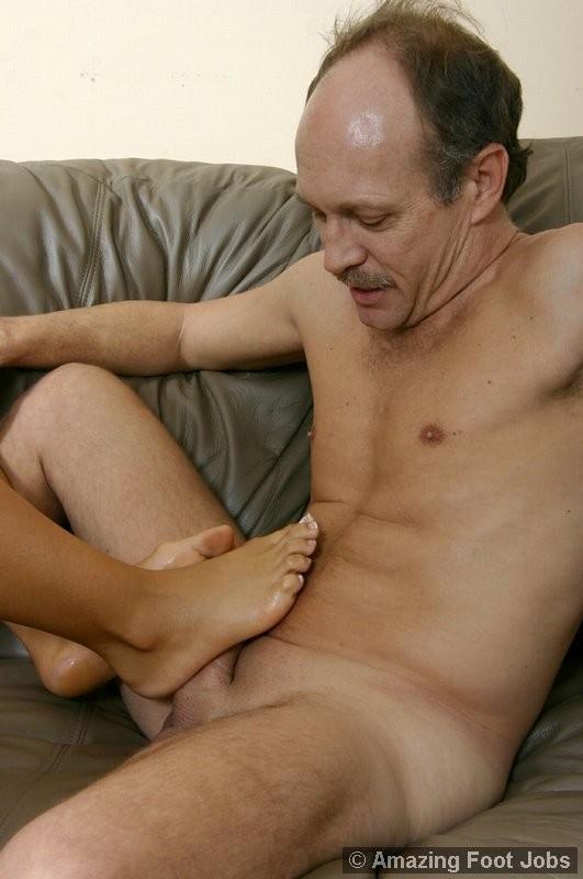 Зрелый мужчина облизывает ножки и позволяет молодой девушке дрочить свой член с помощью ног