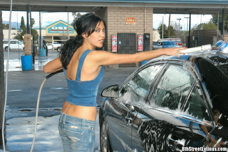 Снял мексиканку работаюшую на автомойке и привезя домой, выебал ее как следует