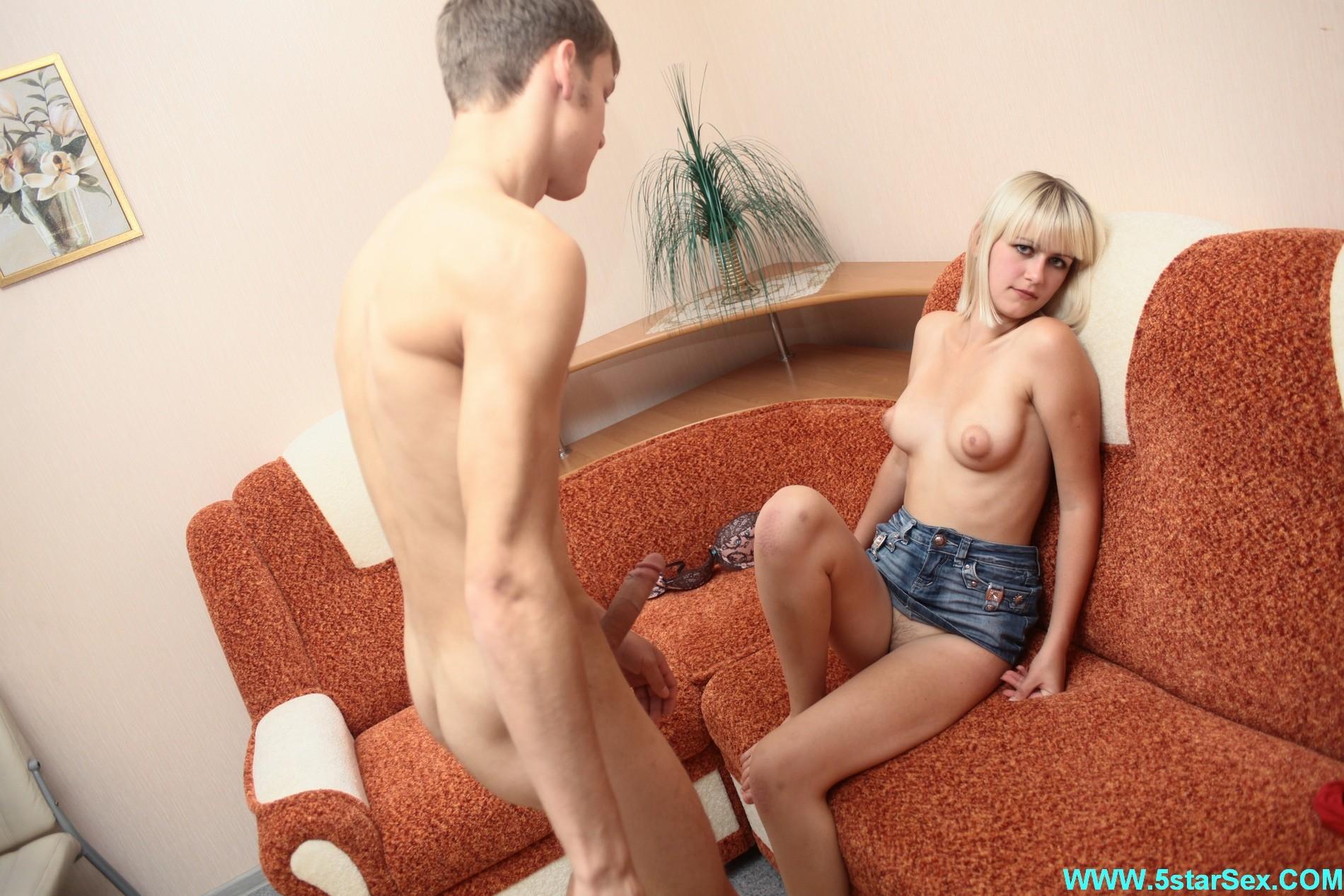 Пара трахается на диване, пробуя все новое, пока родителей парня нет дома, блондинка хорошо сосет его хер