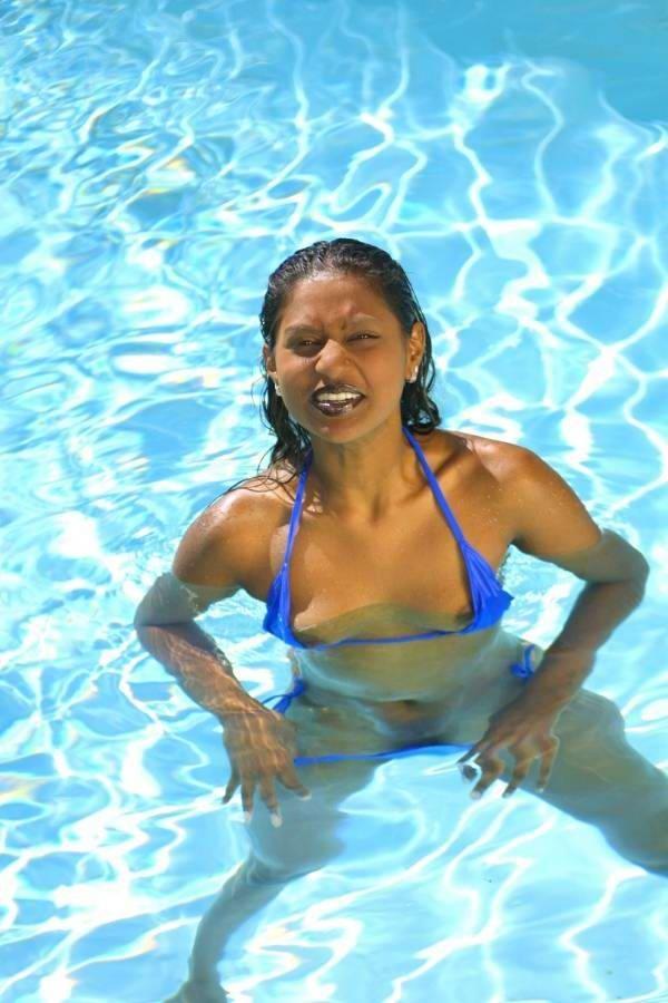 Сексуальная индианка сжимает груди в бикини, плавая в бассейне