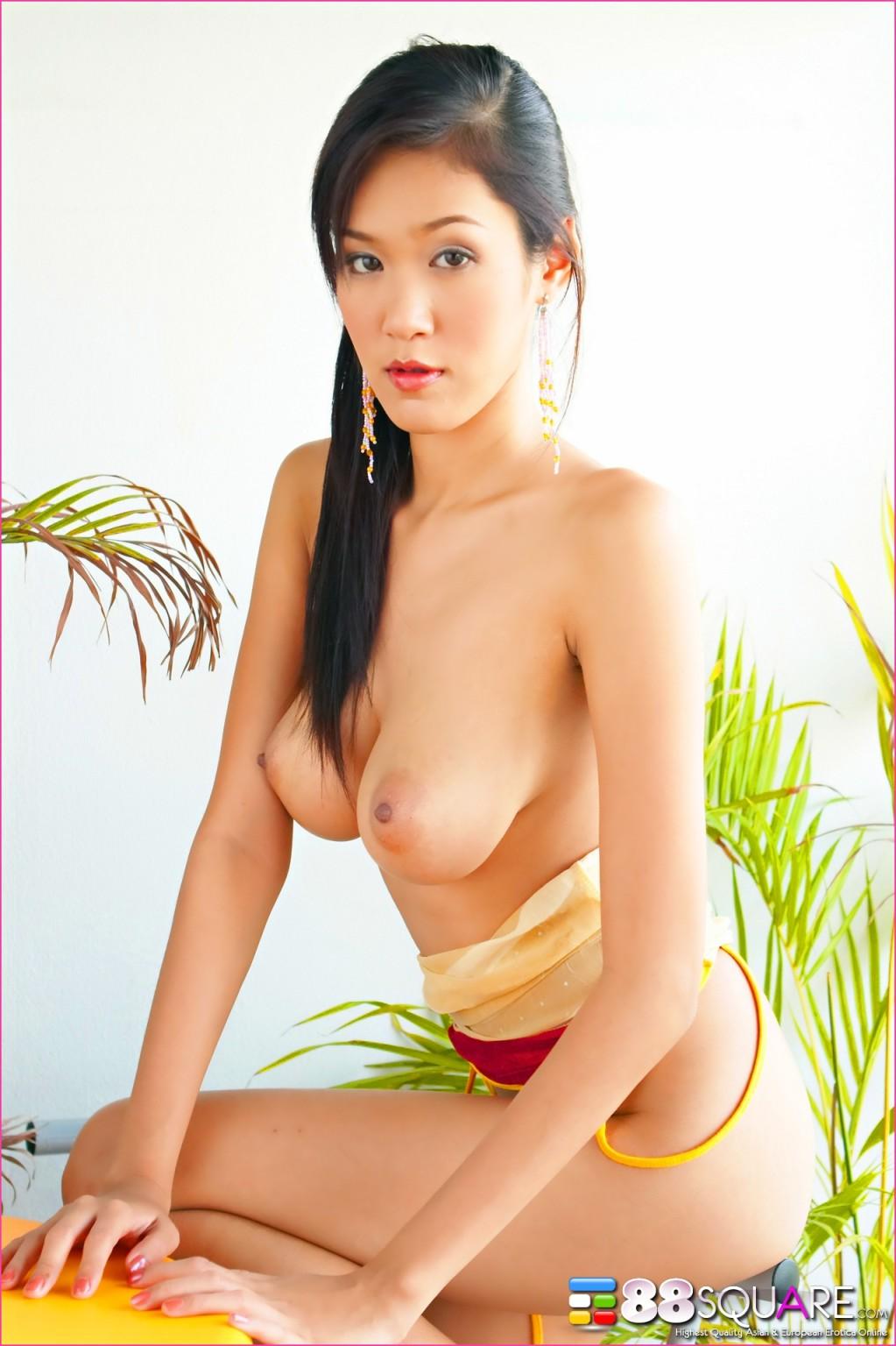 Ирен с ее темной волосатой вагиной и натуральными сиськами аппетитно выглядит, но застенчиво прикрывает анал