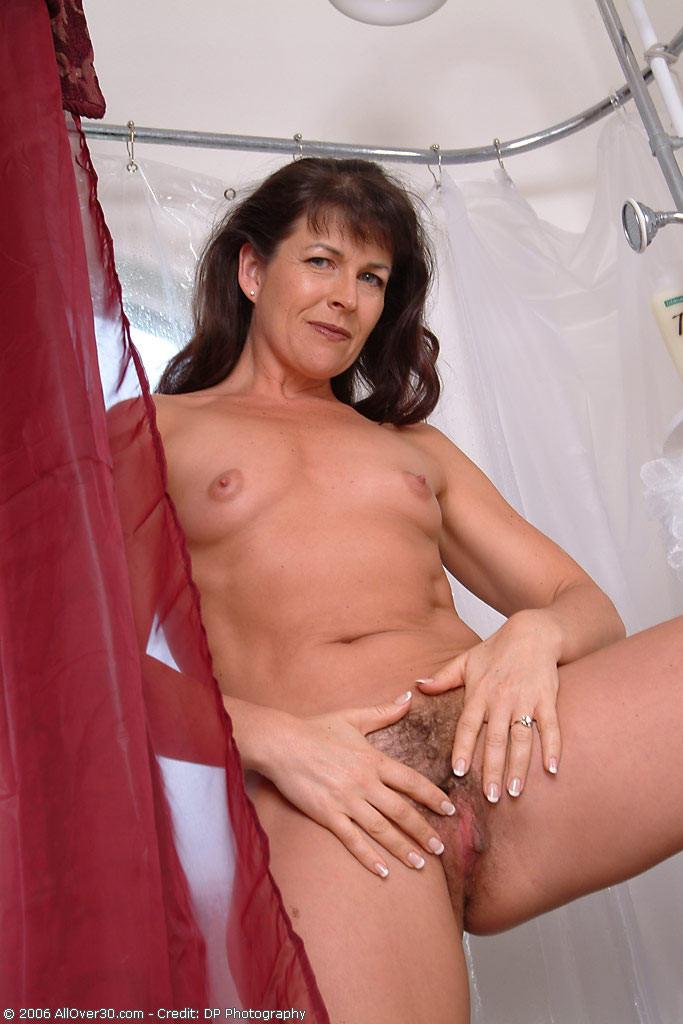 Зрелая женщина постепенно раздевается и показывает свое тело перед всеми, кто хочет ее рассмотреть