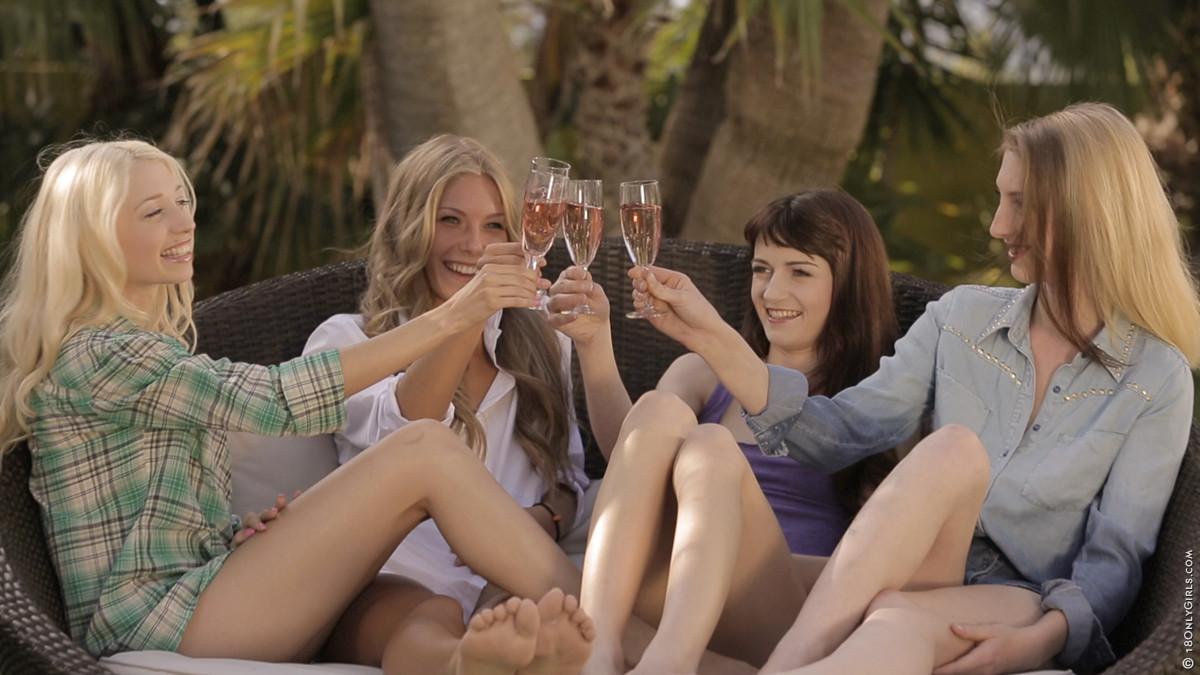 Четыре подруги загорают на газоне абсолютно голые, обнаженные телки покажут свои промежности и снимутся для мужского журнала
