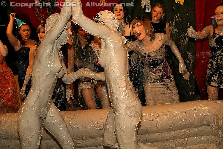 Борьба в грязи, телки раздеваются до трусов во время публичной драки в бассейне с грязью