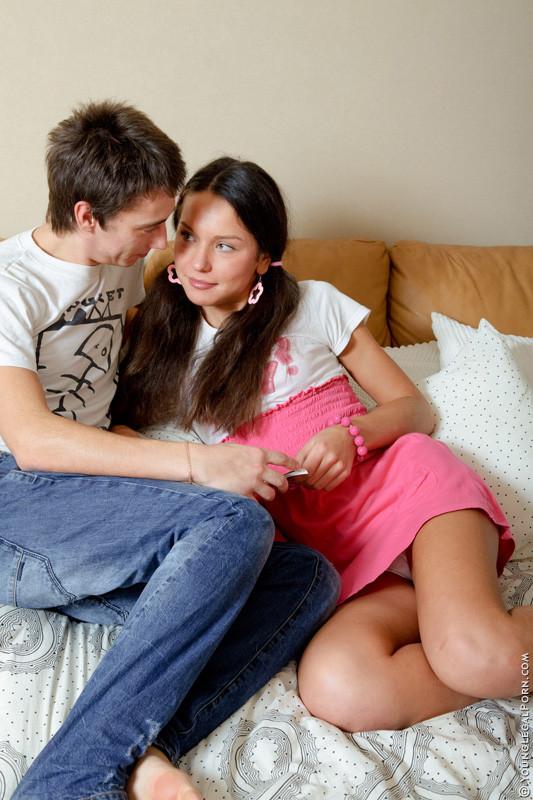 Анжела использует игрушки во время траха с парнем, когда он имеет ее в жопу, телка стимулирует клитор