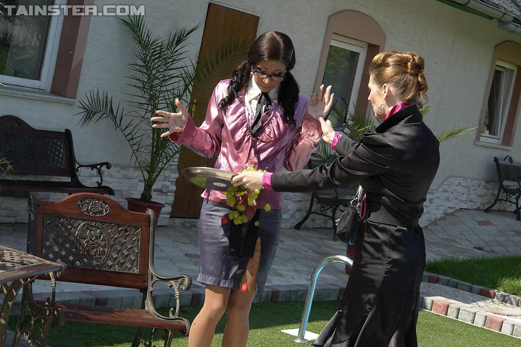 Одетые женщины обливались шампанским во дворе дома