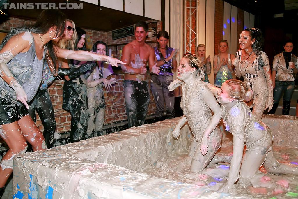 Бои телок в грязи, они вываляли друг друга, потом начали раздеваться и получать удовольствия от скольжения тел
