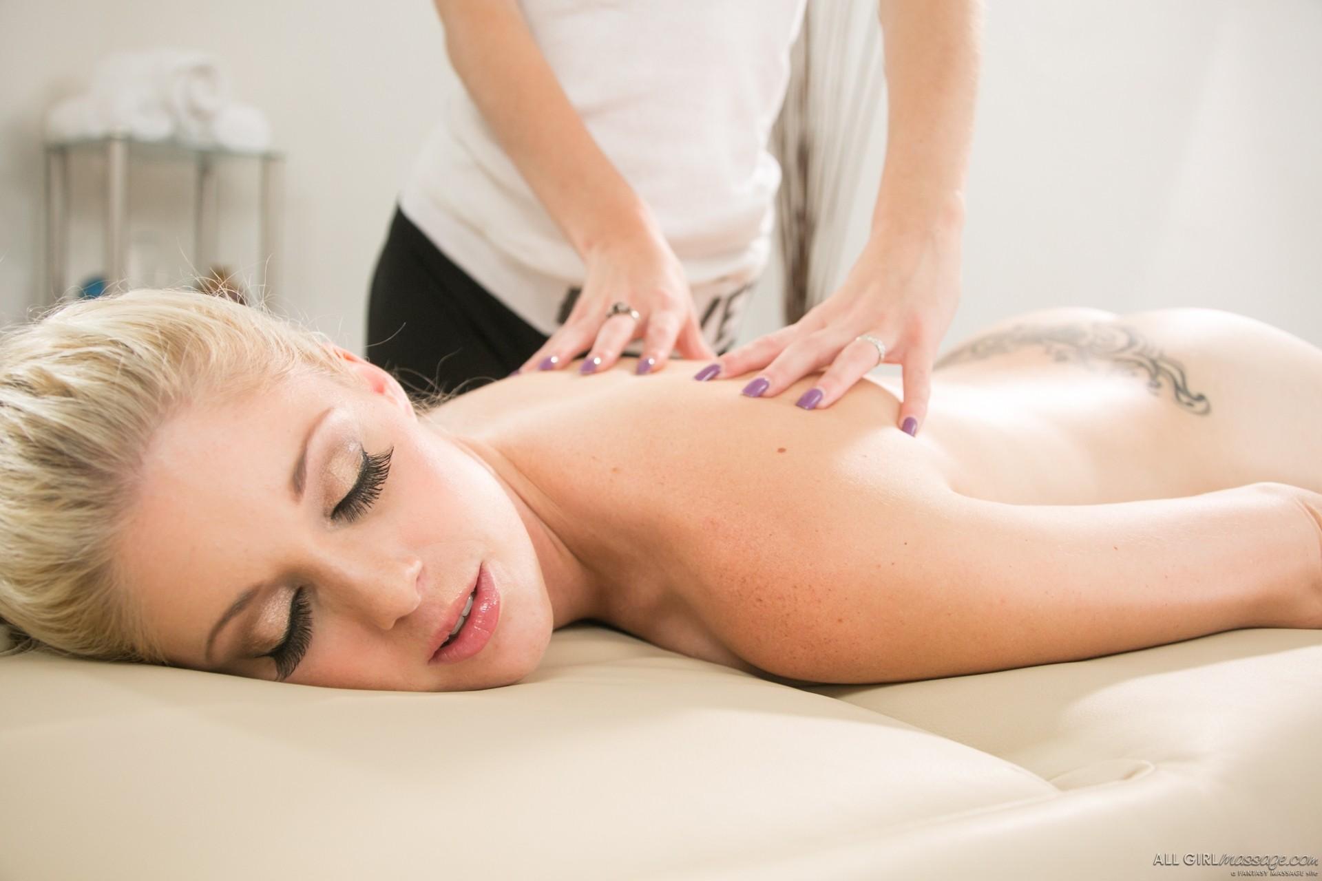Шарлотта Стокли и Лола Хантер любит делать массаж, но не спины, а бритых вагин с помощью языка