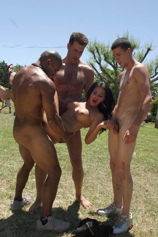Одну девушку трахают сразу несколько мужчин прямо на природе, а она получает удовольствие
