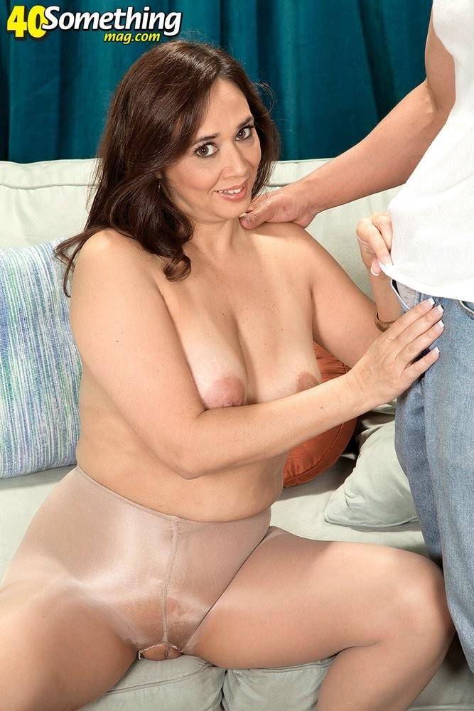 Зрелая дамочка соблазняет молодого парня, а он показывает ей класс в анальном сексе и не только